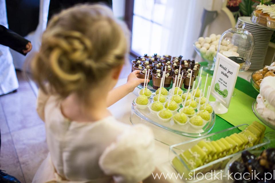 Słodki Kącik limonka, słodki stół, słodki bufet, candy bar, tort weselny, ciasto wesele, ślub, pavlova, ciasteczka, słodycze, lizaki, buteleczki, cakepop, cupcake,  popcorn (6)