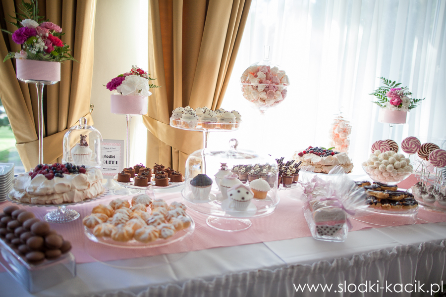 Słodki Kącik roz kropki, słodki stół, słodki bufet, candy bar, tort weselny, ciasto wesele, ślub, pavlova, ciasteczka, słodycze, lizaki, buteleczki, cakepop, cupcake,  popcorn (1)