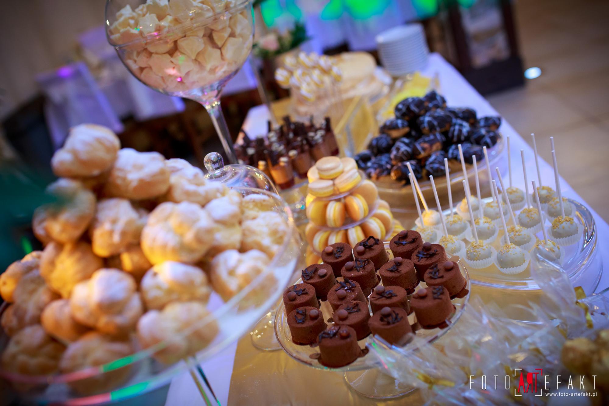 Słodki Kącik złoto, słodki stół, słodki bufet, candy bar, tort weselny, ciasto wesele, ślub, pavlova, ciasteczka, słodycze, lizaki, buteleczki, cakepop, cupcake,  rafaello (1)