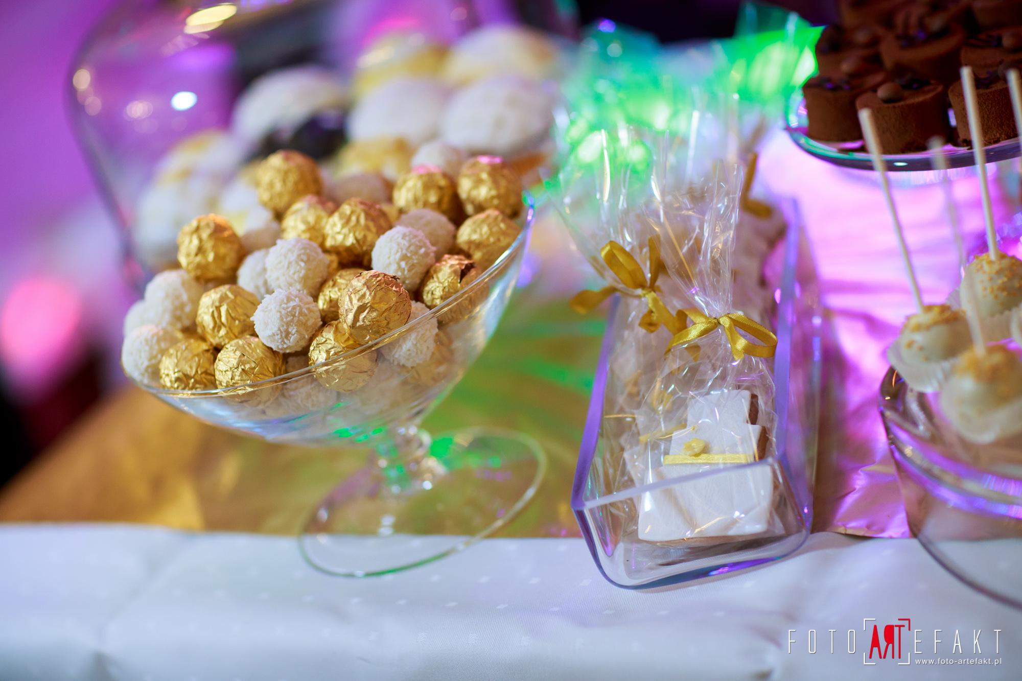 Słodki Kącik złoto, słodki stół, słodki bufet, candy bar, tort weselny, ciasto wesele, ślub, pavlova, ciasteczka, słodycze, lizaki, buteleczki, cakepop, cupcake,  rafaello (10)