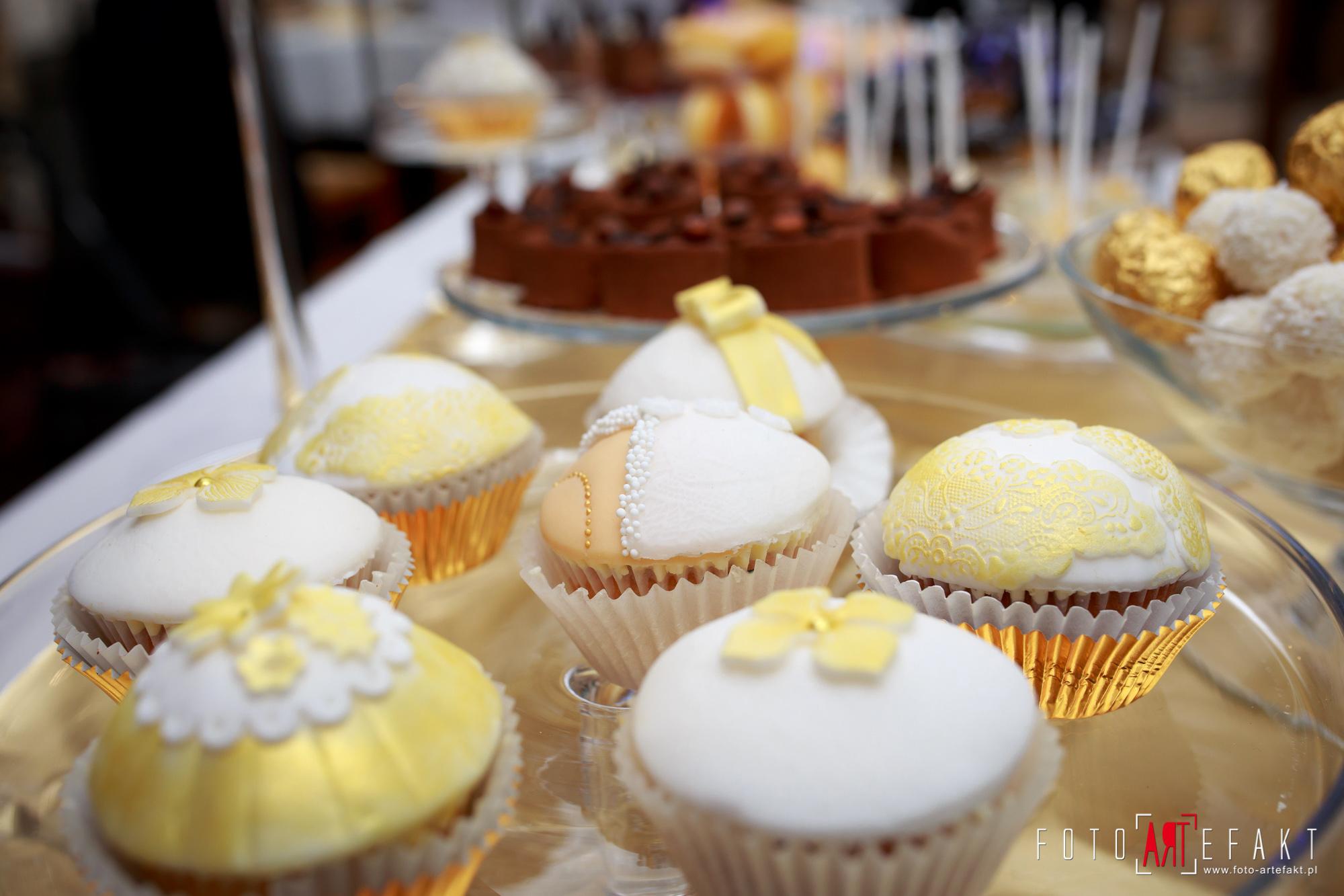 Słodki Kącik złoto, słodki stół, słodki bufet, candy bar, tort weselny, ciasto wesele, ślub, pavlova, ciasteczka, słodycze, lizaki, buteleczki, cakepop, cupcake,  rafaello (12)