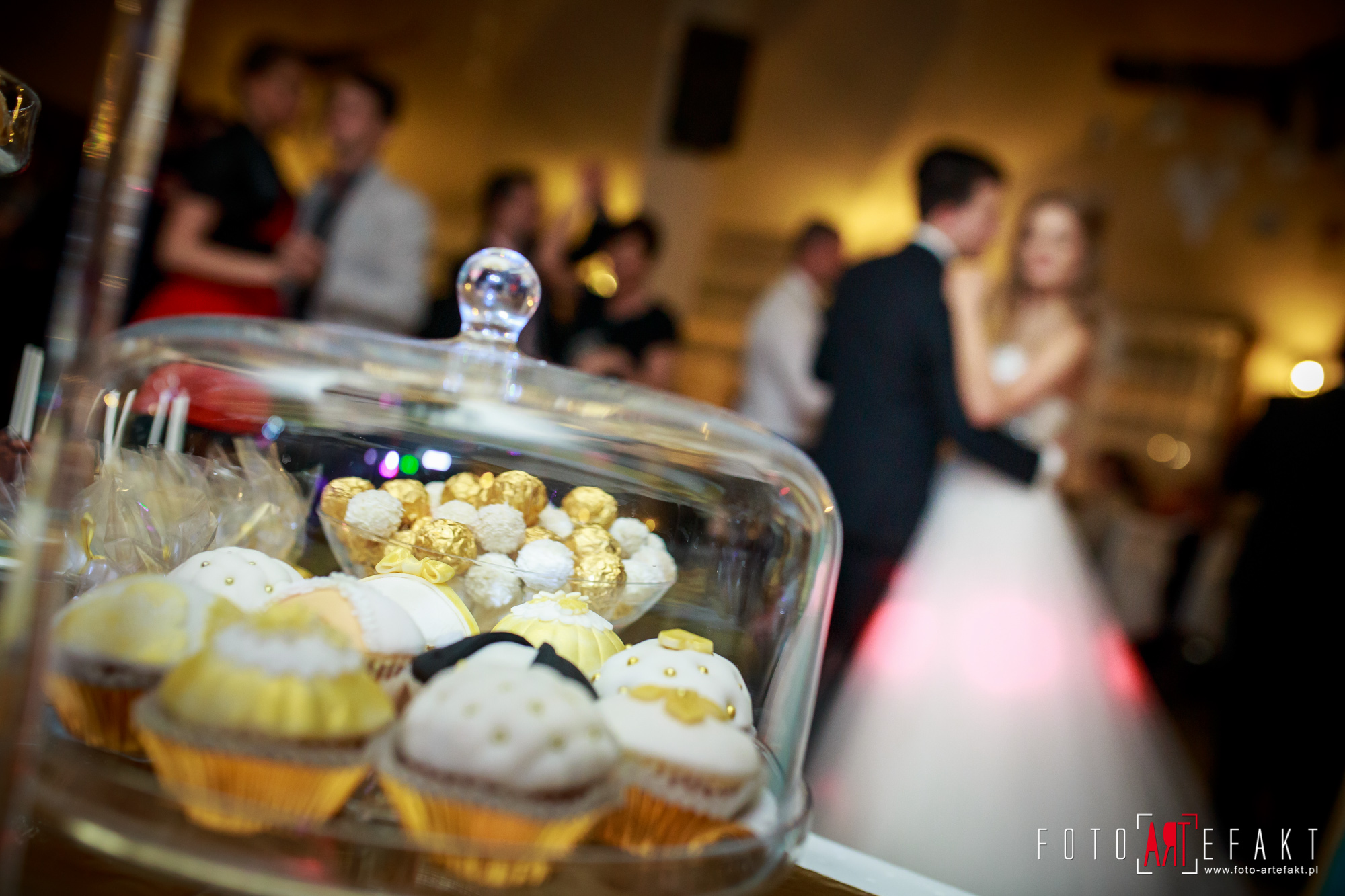 Słodki Kącik złoto, słodki stół, słodki bufet, candy bar, tort weselny, ciasto wesele, ślub, pavlova, ciasteczka, słodycze, lizaki, buteleczki, cakepop, cupcake,  rafaello (2)