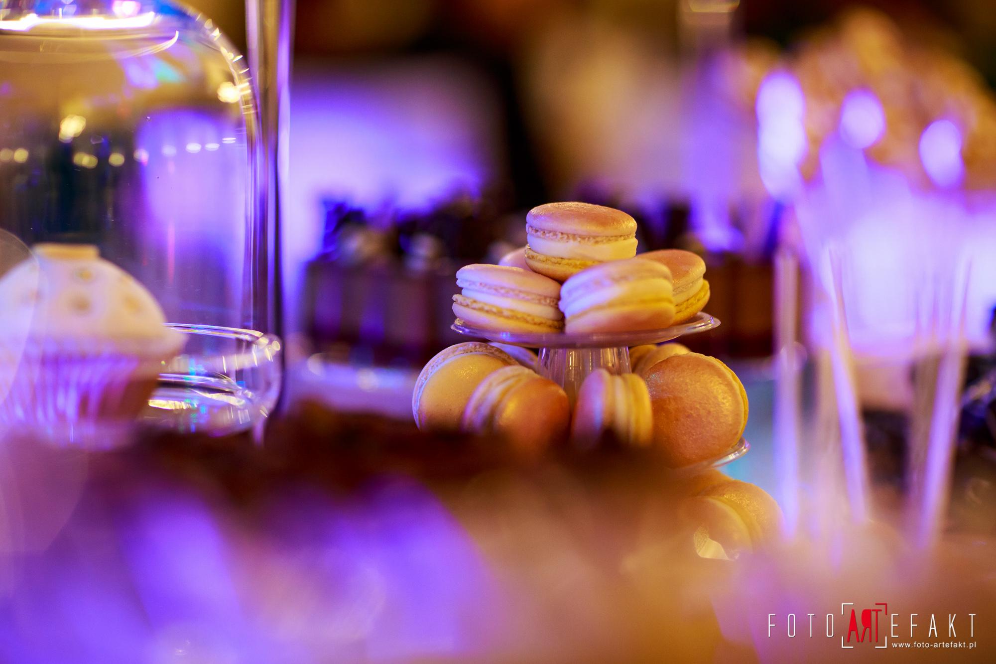 Słodki Kącik złoto, słodki stół, słodki bufet, candy bar, tort weselny, ciasto wesele, ślub, pavlova, ciasteczka, słodycze, lizaki, buteleczki, cakepop, cupcake,  rafaello (4)