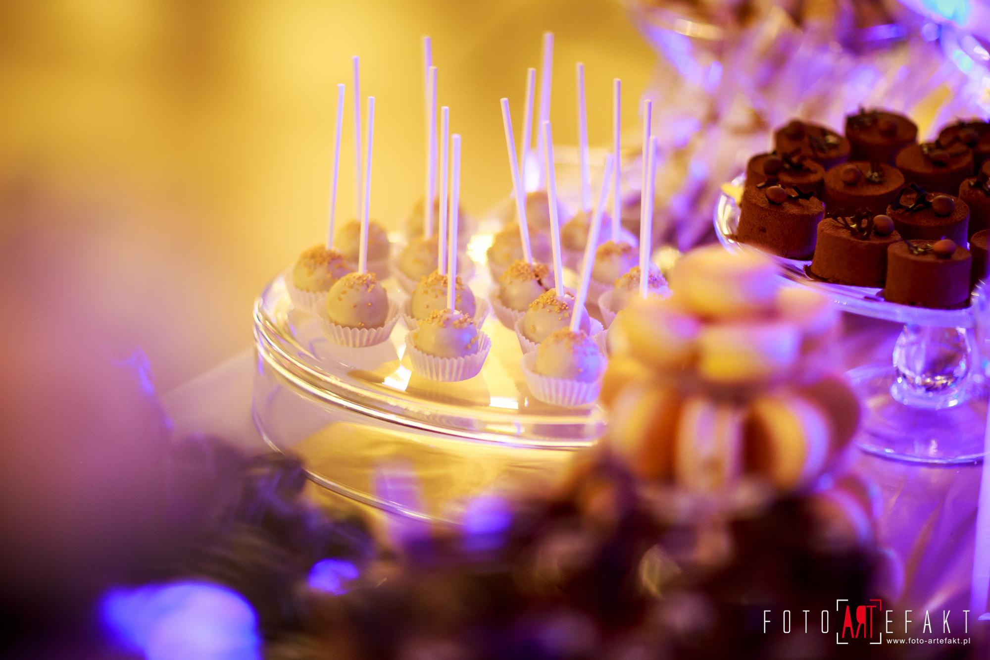 Słodki Kącik złoto, słodki stół, słodki bufet, candy bar, tort weselny, ciasto wesele, ślub, pavlova, ciasteczka, słodycze, lizaki, buteleczki, cakepop, cupcake,  rafaello (5)