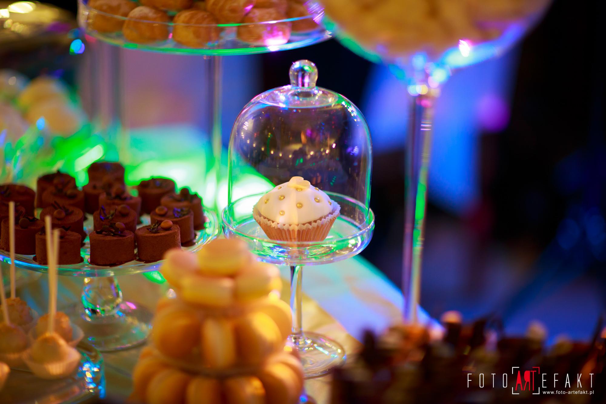 Słodki Kącik złoto, słodki stół, słodki bufet, candy bar, tort weselny, ciasto wesele, ślub, pavlova, ciasteczka, słodycze, lizaki, buteleczki, cakepop, cupcake,  rafaello (6)
