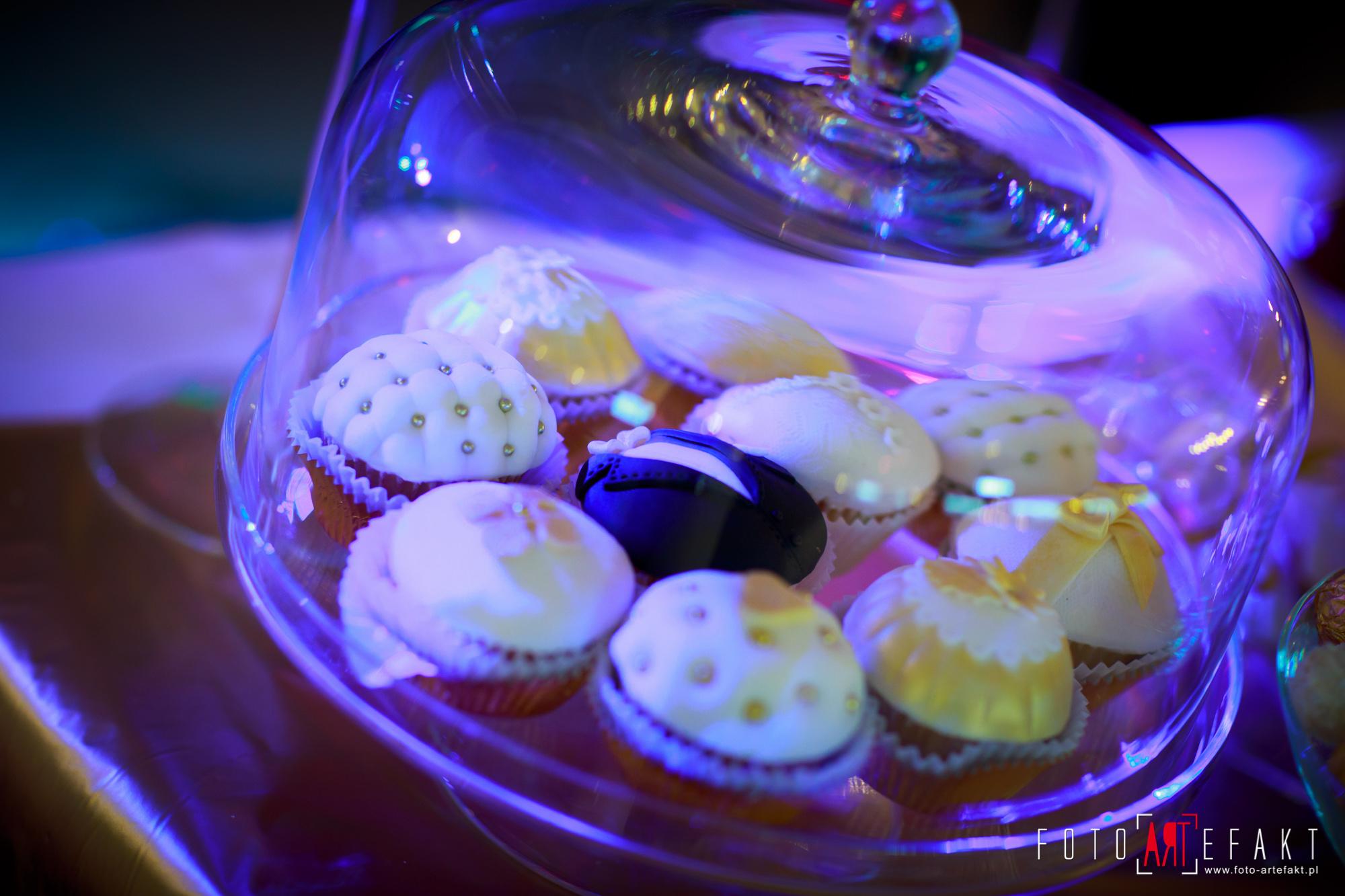 Słodki Kącik złoto, słodki stół, słodki bufet, candy bar, tort weselny, ciasto wesele, ślub, pavlova, ciasteczka, słodycze, lizaki, buteleczki, cakepop, cupcake,  rafaello (7)