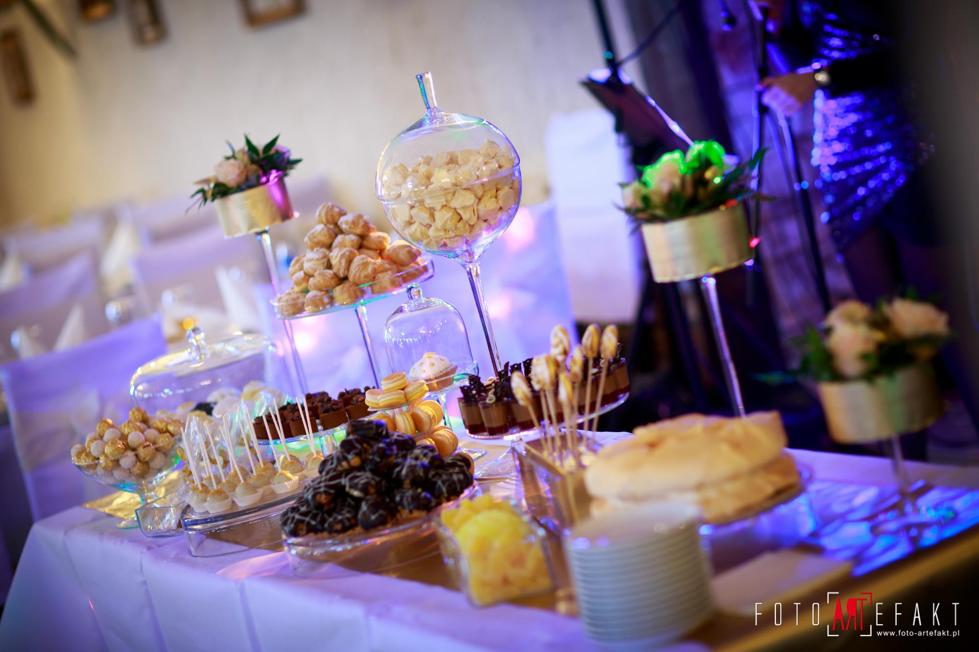Słodki Kącik złoto, słodki stół, słodki bufet, candy bar, tort weselny, ciasto wesele, ślub, pavlova, ciasteczka, słodycze, lizaki, buteleczki, cakepop, cupcake,  rafaello (8)